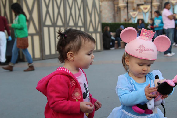 Madelyn shares her Minnie with Día who is enchanted with the little mouse!